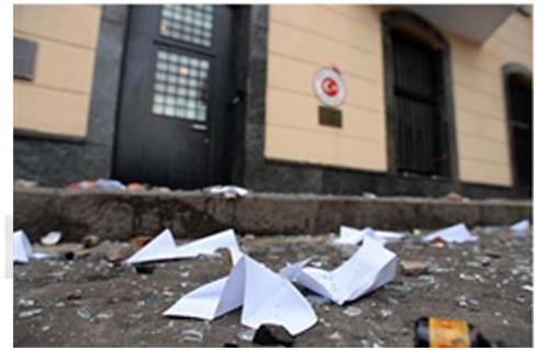 محتجون يلقون الحجارة والبيض على مقر السفارة التركية بموسكو