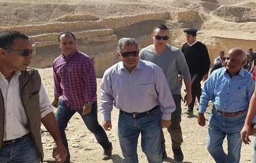 بالصور.. وزير الآثار يعلن اكتشاف تابوت كاهن معبد آمون بالأقصر في افتتاح مقبرة
