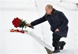 بوتين يضع اكليل من الزهور على قبور ضحايا...