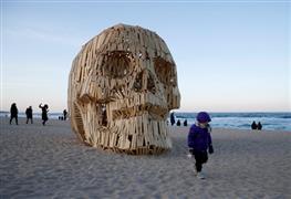 """أعمال فنية من """"القش والخشب"""" على شواطئ"""