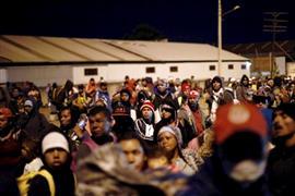 مهاجرون بأمريكا الوسطي يتحركون في كارافان