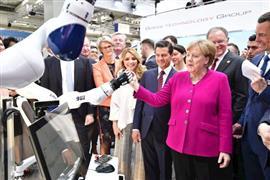 روبوت يستقبل المستشارة الألمانية أنجيلا