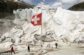 سويسرا تغطي الأنهار الجليدية لمنعها