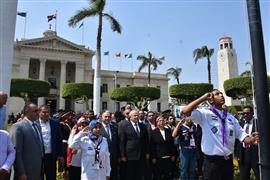 طلاب جامعة القاهرة يؤدون تحية العلم