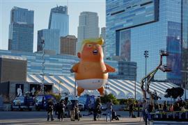 """منطاد """"بيبي ترامب"""" يصعد فوق لوس أنجلوس"""