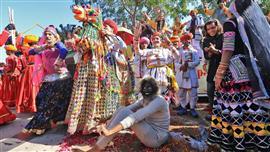 """الهنود يحتفلون بمهرجان """"makar الحصاد"""""""