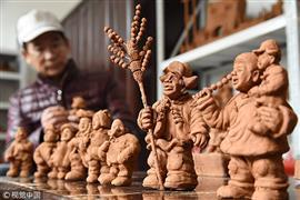 مزارع صيني  يصنع أكثر من 3 ألاف  تمثال