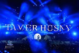 """تامر حسني يشعل """"ليالي جدة"""" في أول حفلاته"""