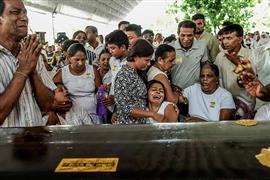 جنازة جماعية لضحايا تفجيرات الكنائس