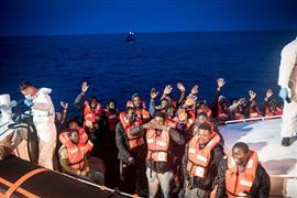 سفينة ألمانية تنقذ مهاجرين من الغرق