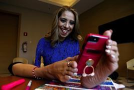 مكسيكية بدون أذرع تتغلب على إعاقتها