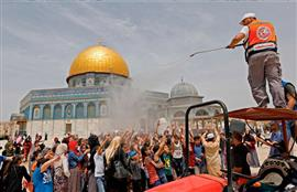 الفلسطينيون يؤدون صلاة الجمعة في المسجد