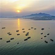 صيادون يرسمون غروب الشمس بالقوارب فى الصين