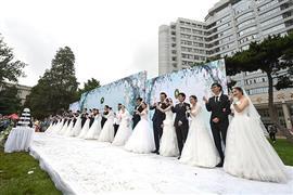جامعة بكين تنظم زفاف جماعى لطلابها