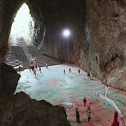 ملعب كرة سلة داخل كهف جنوب الصين