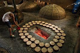 طباخو بنجلاديش يطهون الأطعمة الشعبية