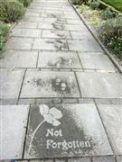 أعمال فنية على الرصيف تظهر تحت الأمطار فقط