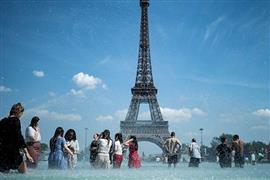 باريس والصيف.. ضحك ولعب وحب تحت ظلال
