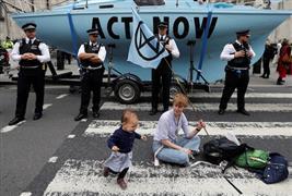 نشطاء بيئيون ينظمون وقفة احتجاجية أمام