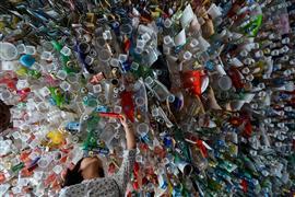 معرض فني من النفايات للتوعية بأضرارها