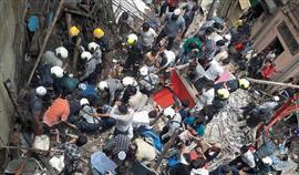 انهيار مبنى سكنى فى مومباى