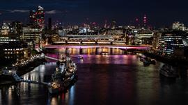 جسور لندن تضاء بأطول عمل فني في العالم