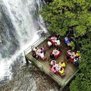 افتتاح مطعم بجوار شلال في جبل لونغ تشيوان