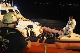 القوات الإيطالية تنقذ عشرات المهاجرين
