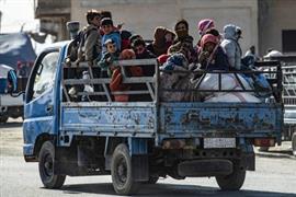نزوح عائلات سورية بسبب العدوان التركي