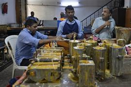 مدرسة لتعليم تصنيع الشموع للمكفوفين في الهند
