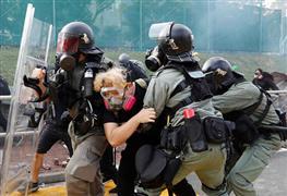 معركة بين الشرطة والمتظاهرين فى هونج كونج