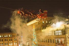 سانتا كلوز تحلق فوق الرؤوس في سوق الكريسماس