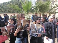 مواطنون يتجمعون أمام مقابر عائلة مبارك