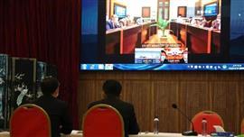 مؤتمر عبر الفيديو بين خبراء في مجال
