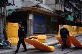 بدء إزالة الحواجز في شوارع ووهان الصينية