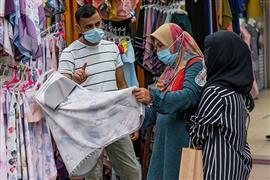 """الماليزيون يشترون ملابس العيد بـ""""الكماما..."""