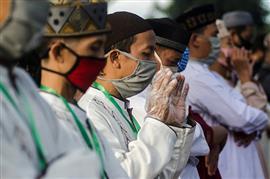 إندونيسيا تقيم صلاة عيد الفطر في الساحات...