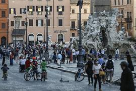 شوارع إيطاليا تعود للحياة بعد فترة إغلاق...