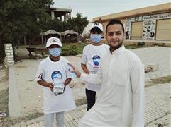 شباب متطوعين من حزب مستقبل وطن يوزعون