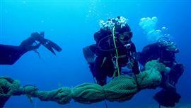 خفر السواحل الإيطالي ينظف قاع البحر