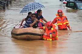 إجلاء السكان المتضررين من الفيضانات بالصين