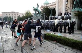 أحداث شغب خارج مقر البرلمان الصربي