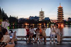 """تجمعات سياحية أمام """"البحيرات الأربعة"""""""