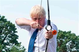 رئيس وزراء بريطانيا يشارك في جلسة رماية