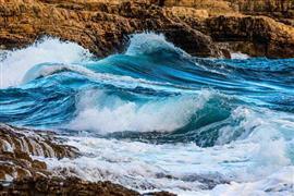 الأمواج الطبيعية ترسم لوحه فنية في كروات...