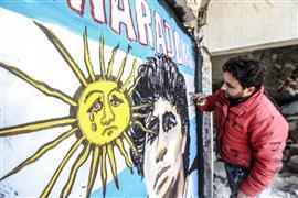 لوحة نصفية لمارادونا وسط الأنقاض في سوريا