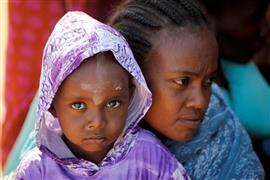 لاجئون إثيوبيون يعبرون للسودان هربا