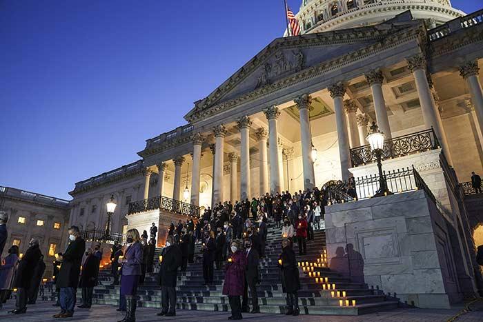أعضاء الكونجرس الأمريكي يقيمون مراسم إضاءة الشموع لضحايا فيروس كورونا