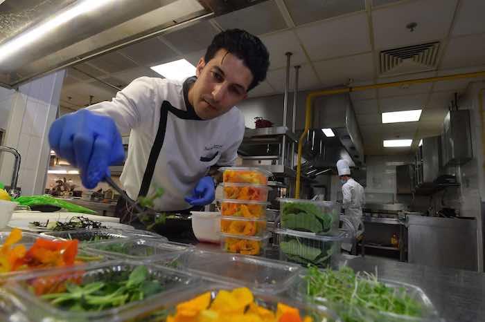 طباخ تونسي يستخدم الزهور الطازجة لتحضير أطباقه