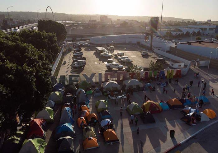 مهاجرون ينتظرون الدخول إلى الولايات المتحدة على حدود المكسيك الأمريكية